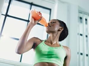 femme qui boit une boisson energisante après le sport